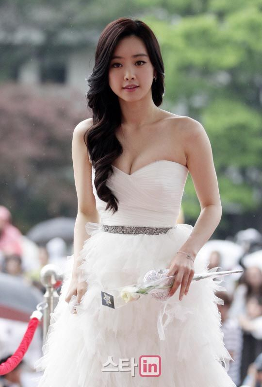 Hong Su-ah showed up in what is essentially a really pretty wedding dress... but it's the hair that is to DIE for.  Holy freak.