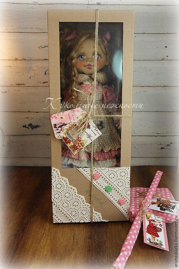 Упаковка и отправка куклы, впрочем, как и любой другой авторской работы, очень важный этап. Ведь от этого зависит целостность изделия при транспортировке и первое впечатление покупателя. При этом оформление упаковки не должно требовать много времени и финансовых вложений, иначе это отразится на стоимости изделия. Я хочу показать вам один из…