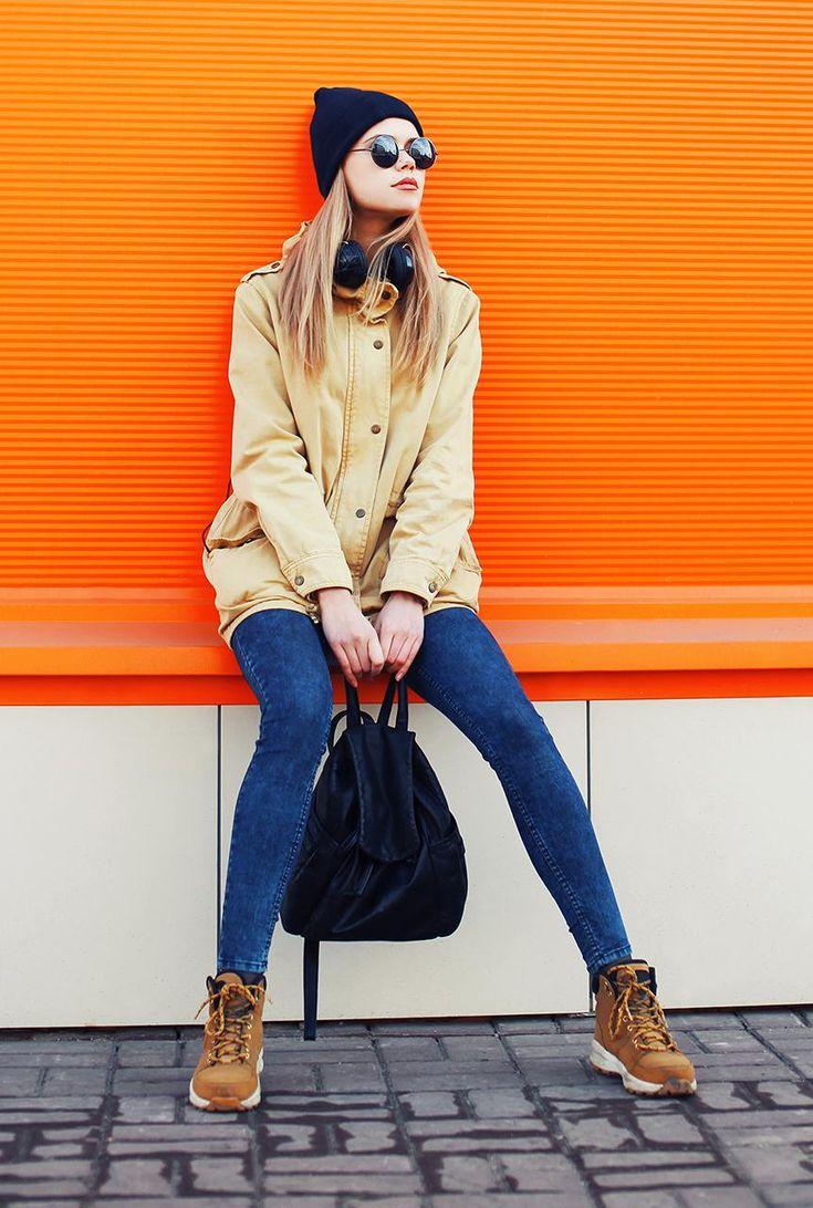 Conjunto chaqueta beis, pantalones tejanos azules, botines marrones, gorro azul marino, gafas negras y mochila azul marino #misconjuntos #conjuntomoda #modafemenina #ropamujer #chaquetabeis #pantalonesazules #botinesmarrones #gorroazulmarino #gafasnegras #mochilaazulmarino #looks