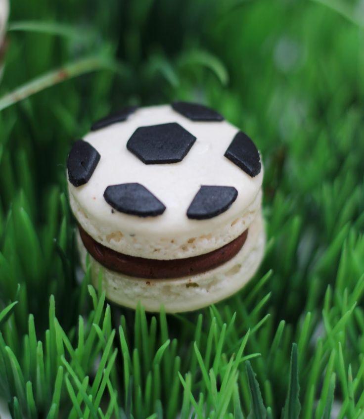 Startklar für das EM- Viertelfinale: Fußball Macarons mit dunkler Schoko-Kaffe…