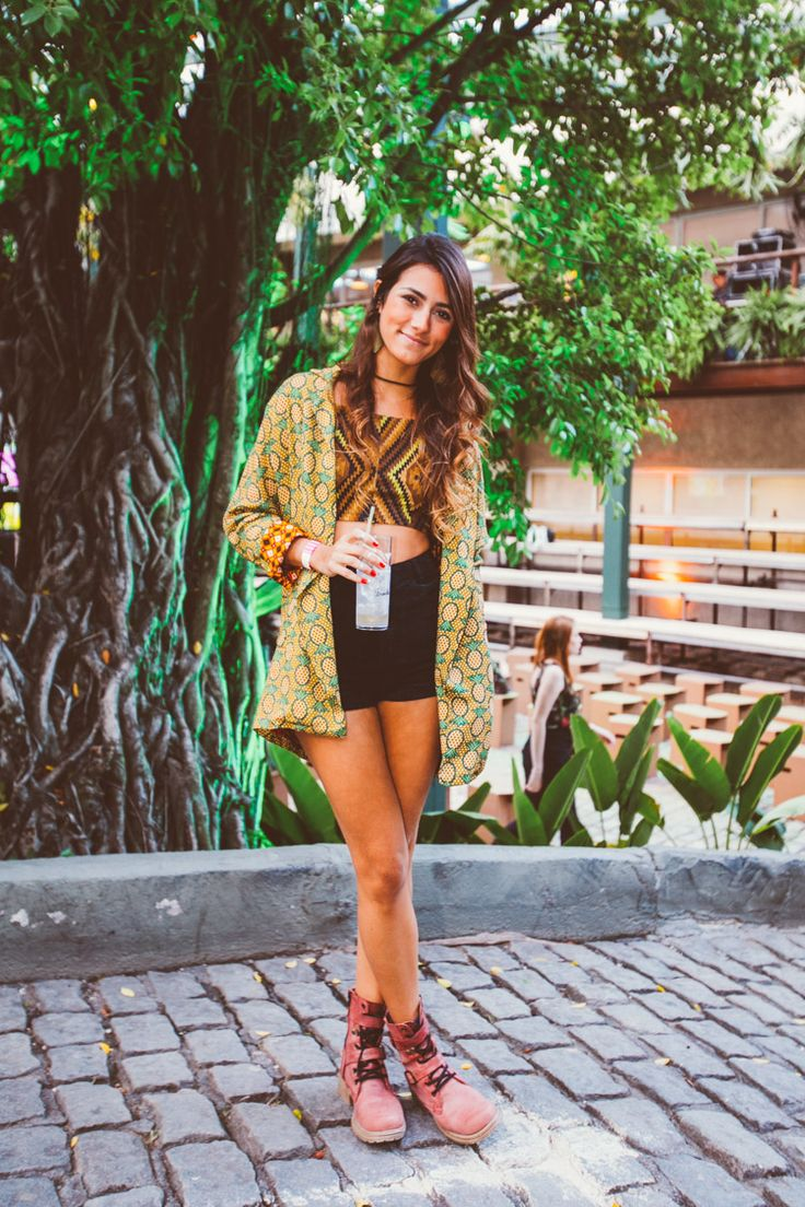 look do dia com quimono, cropped, short de cintura alta e bota