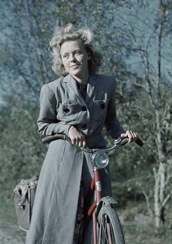 1941. Kvinna i stormönstrad klänning och smårutig kappa.