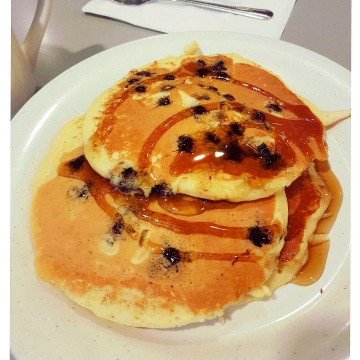 Qui siamo a New York: se ce la fai qui, ce la puoi fare ovunque. (dal film Qualcosa è cambiato)  #goodmorning #breakfast #coffee #pancakes #blueberries #food