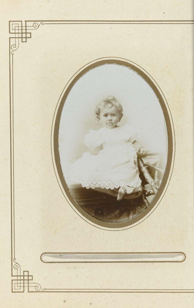 Th.F. v.d. Pol | Portret kleuter in gehaakt jurkje op rustiek hek zittend, Th.F. v.d. Pol, 1900 |