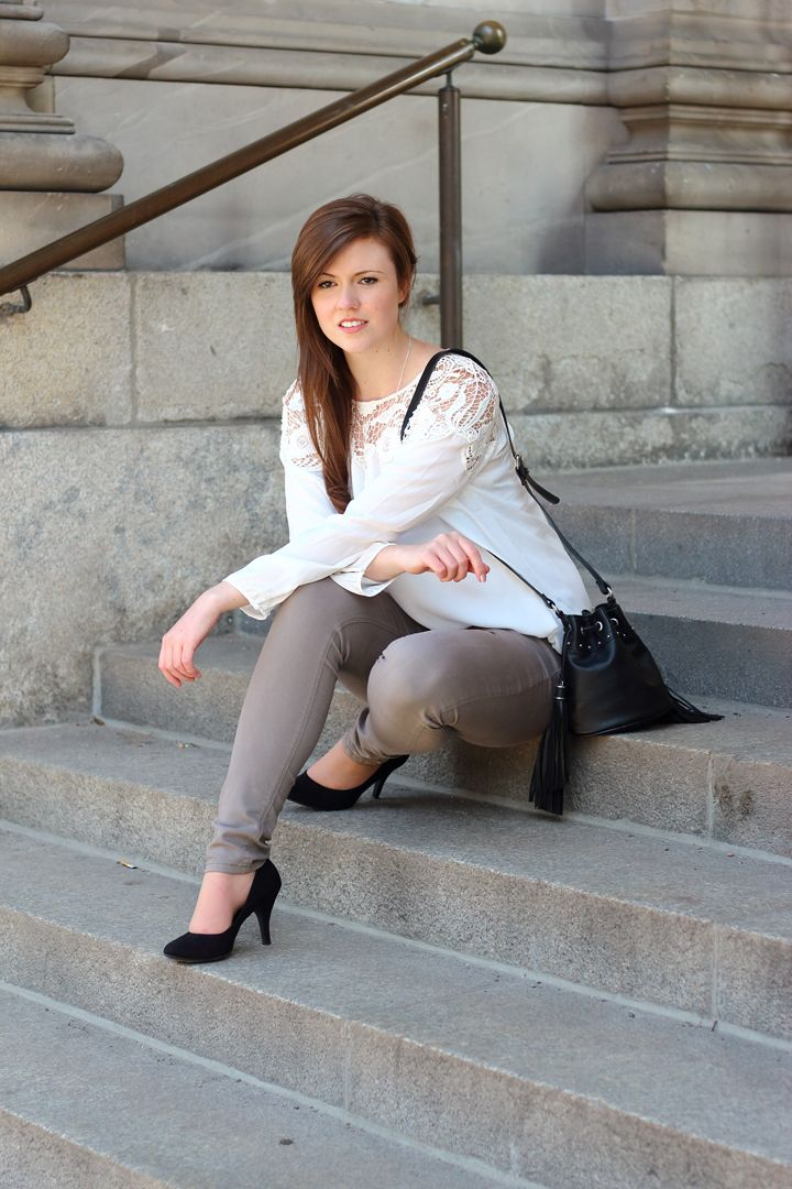 Spring outfit | Spring look | Fashionblogger | Spitze | Modeblog | Spitzenbluse | braune Jeans | Pumps | Bucketbag | Beuteltasche | Girl | brown hair | braune Haare | Brunette | outfit | casual look