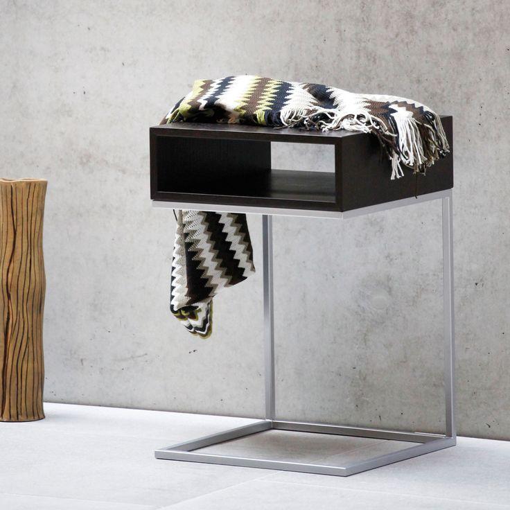DINA BEISTELLTISCH Ein wirklich intelligentes Design für den Beistelltisch Dina von Jan Kurtz. Die liegende U-Form aus pulverbeschichteten Stahlrohren oder aus Edelstahl bietet Platz für eine Ablage inklusive Staufach. So kann dieser Beistelltisch auch einmal mit seinem Fuß unter das Sofa geschoben werden. Ein stilsicherer Tisch für viele Gelegenheiten.