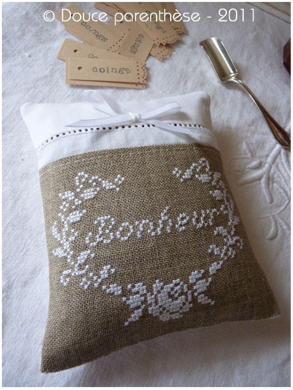 Γγρ│ Coussin Bonheur. J'aime le romantisme du blanc et du lin.