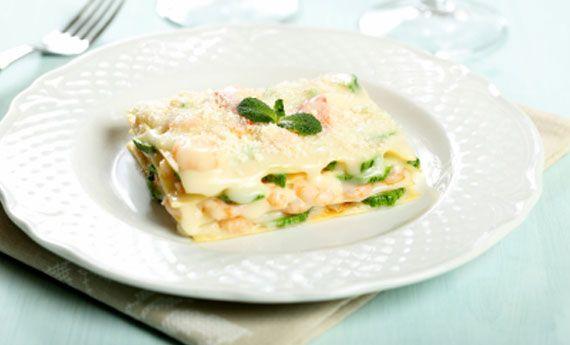 LASAGNE AL SALMONE CON CREMA LIGHT DI ROBIOLA Le lasagne al forno con il ripieno di salmone saporito saranno il piatto perfetto per la notte della Vigilia!