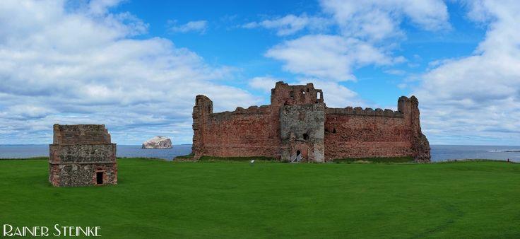 Tantallon Castle und der Bassrock in Schottland (GB).  Tantallon Castle wurde wie so viele Burgen in Schottland von Oliver Cromwell geschliffen (zerstört) er hat aber genug übrig gelassen um hier einen Beitrag darüber zu schreiben zu können. Hat man den Weg zur Ruine erst einmal hinter sich gebracht und den Wall überwunden der sich um die Ruine zieht sieht man neben dem Tantallon Castle noch ein kleines Gebäude es handelt es sich um den ehemaligen Taubenstall. Wie auf einem Schild zu lesen…