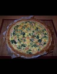 Recette Tarte brocolis-chèvre : 1. Allumez le four à 180 °C (th. 6). Beurrez légèrement un moule à manqué de 24 cm de diamètre. Posez les feuilles de br...