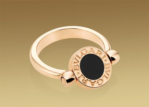 Bulgari Bulgari ring in 18 kt pink gold with mother of pearl and onyx.