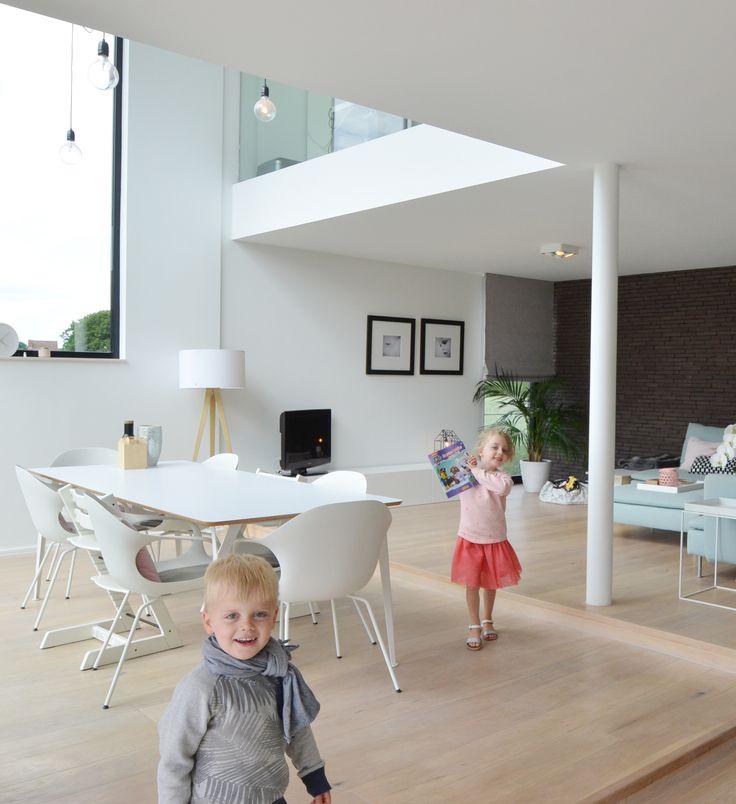 Less is more: compact én ruim • Architect: www.stevenalice.be (nieuwbouw • modern • interieur • eetkamer • woonkamer • niveau • hoog raam • vide)
