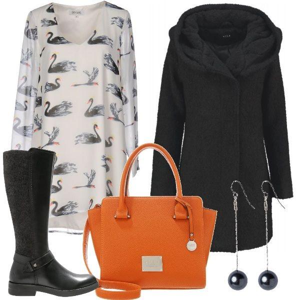 Outfit composto da abito fantasia con interno foderato abbinato a cappotto con cappuccio monopetto e stivale alto flat. Completano il look la borsa a mano arancio e gli orecchini pendenti.
