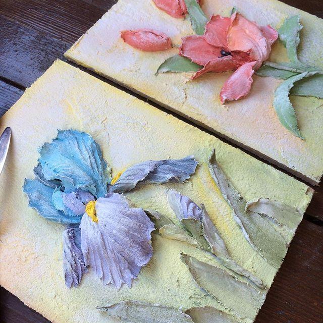 Почему ирис и тюльпан я объединила в одном МК? С моей точки зрения у этих цветов есть много общего. Во-первых, они относятся к луковичным растениям, но для скульптурной живописи это неважно. Во-вторых, у них есть общие черты в строении: минимум шесть лепестков, гладкие стебли и листья похожие по форме. Но главное то, что при построении цветков ириса и тюльпана с помощью декоративной штукатурки я использую одинаковые приёмы. О них я и расскажу на МК😊. До встречи!💙💙💙 #объемнаяживопись…