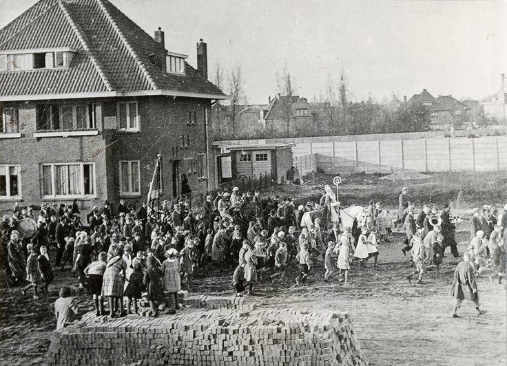 Breda - Sinterklaas met gevolg op de Ceintuurlaan (later Franklin Rooseveltlaan) in 1936 - Stadsarchief Breda