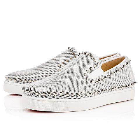 La Pik Boat est née de l'alliance d'une sneaker et d'une chaussure de voile. Cette version lumineuse arbore un liseré de pointes silver sur une délicate résille argentée et  illustre merveilleusement le savoir-faire de la Maison Christian Louboutin.