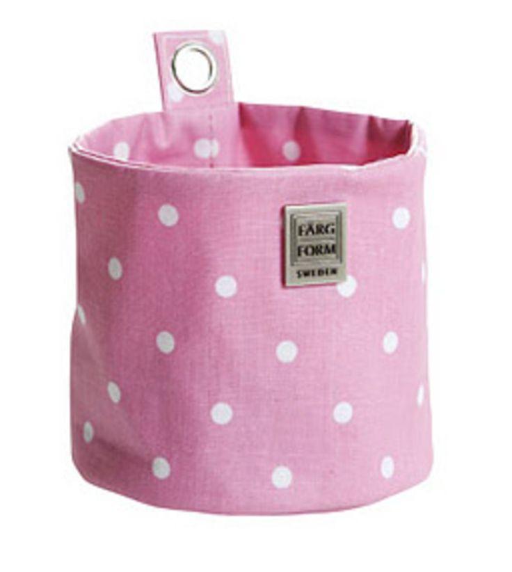 Färg & Form Hängförvaring Liten Prickar är en smart och snygg hängförvaring, designad av Gunila Axén. <br>En förvaringsbag som passar lika bra i såväl barnrummet, badrummet, hallen och på kontoret. Håll ordning och reda på leksakerna eller använd som perfekt förvaring av kontorstillbehör, tidningar, nycklar, hårstylingsprodukter, mössor eller vantar. Förvaringsbagen kan både stå på plan yta och hängas upp på väggen, och fälls lätt och smidigt ihop vid behov. <br><br>Finns i fler storlekar…