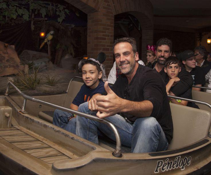 Mira quien vino al Reino Mágico ~ Carlos Ponce - Disneylandia al Día™