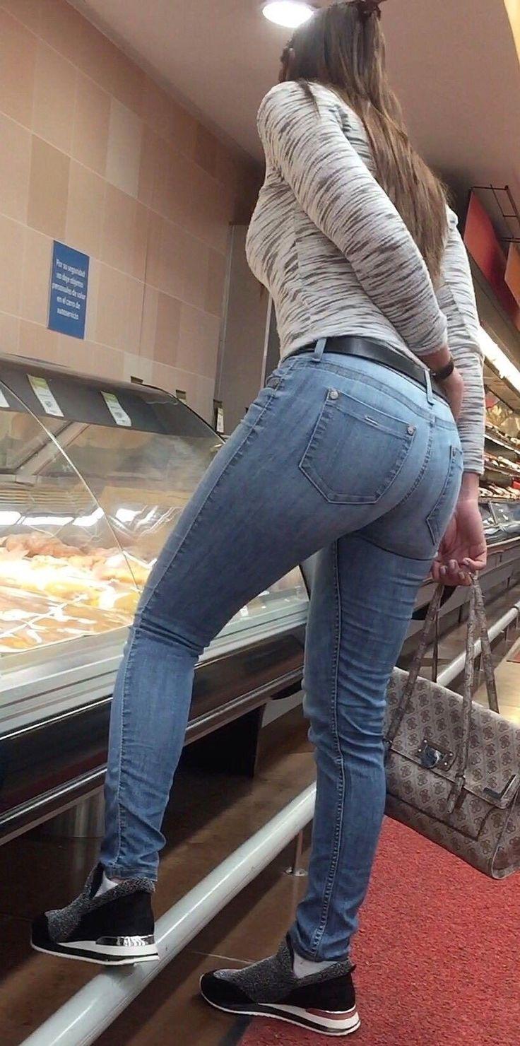 Девушки в обтягивающих джинсах крупным планом фото