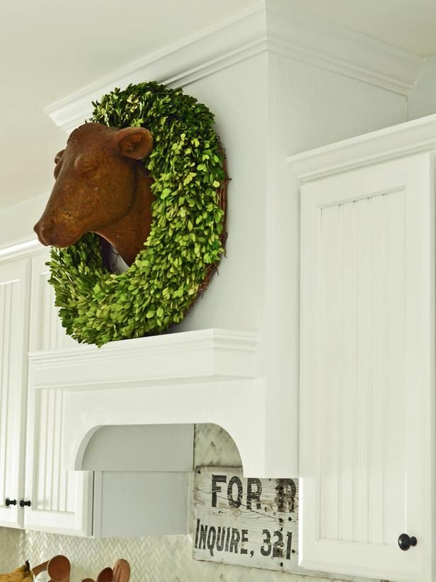 How cute is the little cow head in the kitchen! I'd love this, but with a more floral garland, perhaps faux meadow flowers or little white daisies.