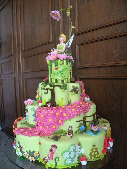 Cake of all Tinkerbell cakes...yeah right! This is what I would love to make, but could only accomplish it in my dreams (maybe)!