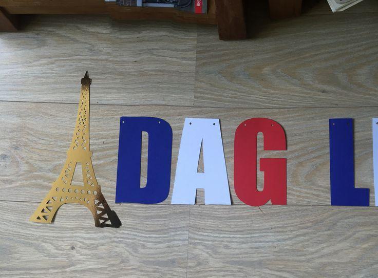Blij met de Cameo.. je kan er ook slingers mee maken. (hier een klein deel op de foto).. Het thema was Parijs, dus ik heb een plaatje van de eiffeltoren getraceerd en gesneden en de letters in de kleur van de vlag gesneden.