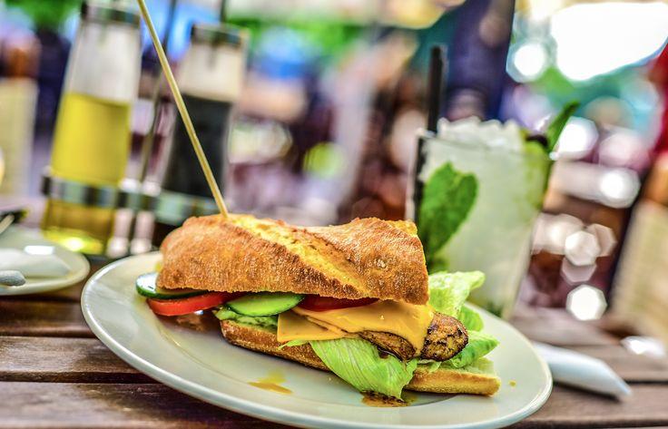 Frissen készített rusztikus bagett szendvics csirkemellel, kevert salátával, sajttal // Freshly made rustic baguette sandwich with grilled chicken, mixed salad, cheese