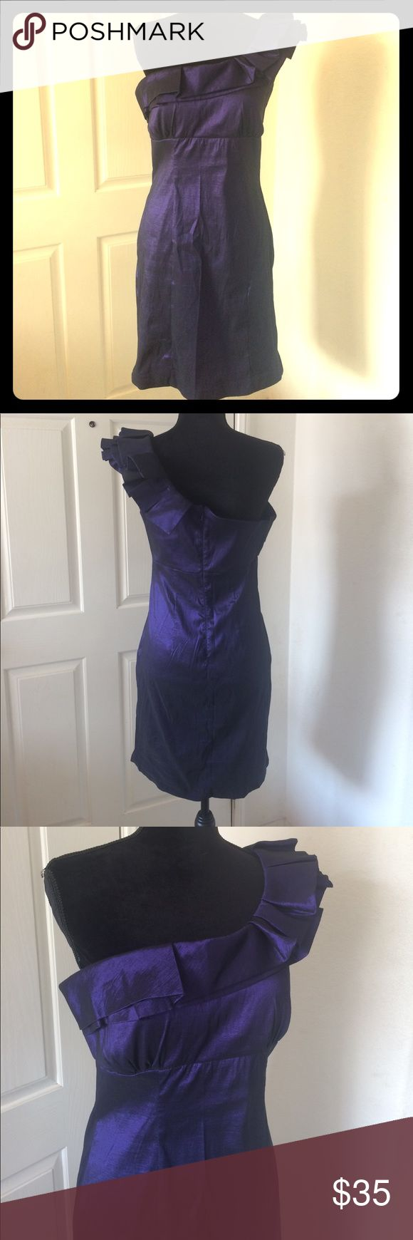 Snap Juniors Semiformal Purple Iridescent Dress Snap brand juniors size 11 semiformal one shoulder dress in a purple shiny iridescent color. The length is to right above the knee. Perfect for a school dance or night out on the town. In gently used condition with no stains or rips; does have some wrinkles from being stored. Polyester, nylon, and spandex. Measurements- CHEST: 16.5 in. LENGTH: (from top of back) 30 in. Any questions, don't hesitate to ask! 🤗 Snap Dresses One Shoulder
