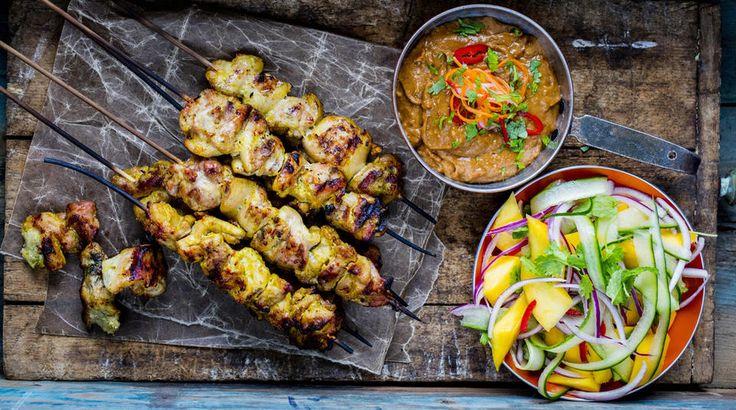 Kyllingspyd med curry- og kokosmarinade, peanøttsaus og mangosalat