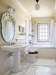 Классическая ванная комната с мутным окном