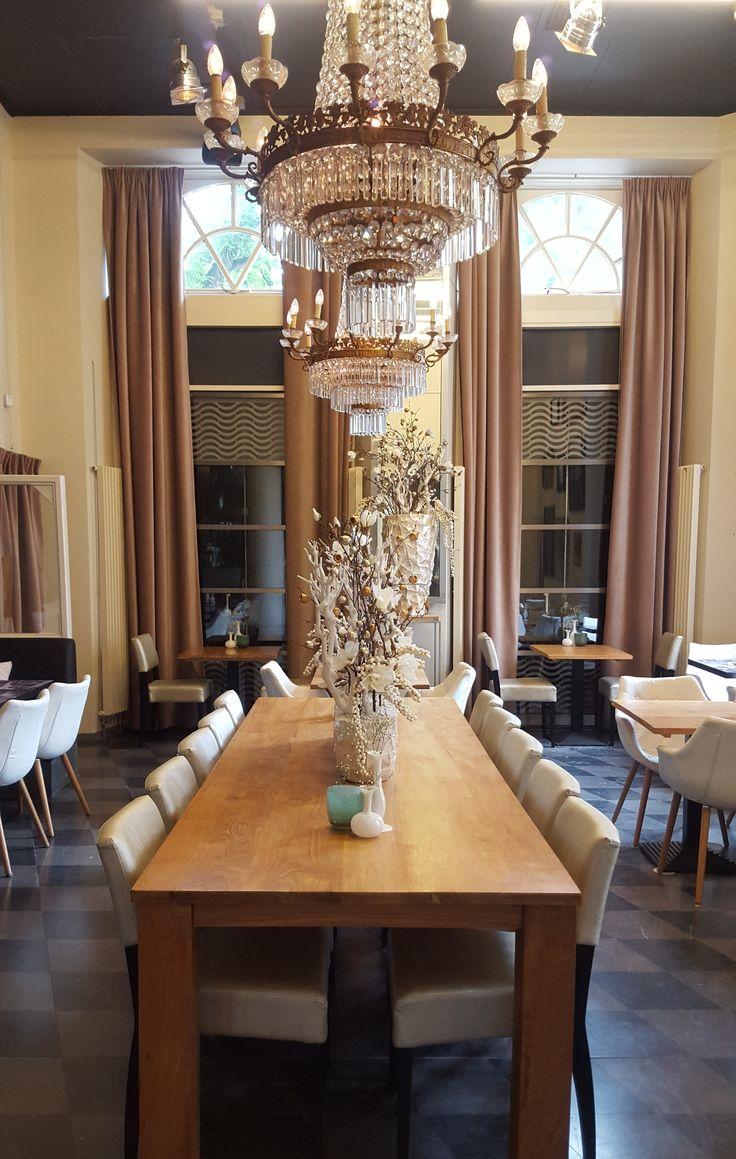 Restyling. Wasserman Brasserie wordt Vinerie. Sfeervolle decoraties bepalen het beeld.