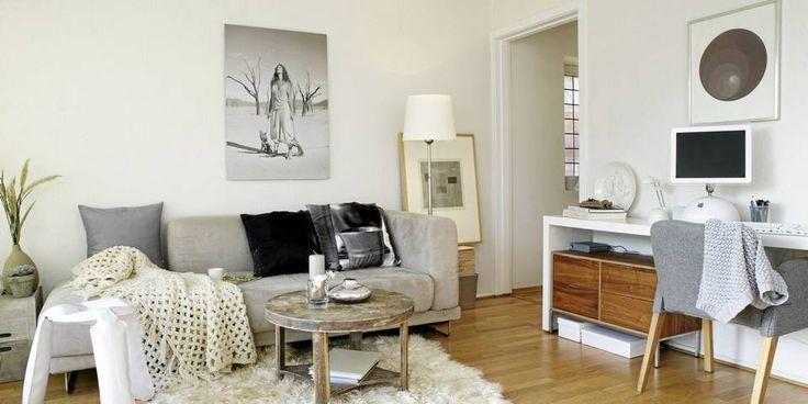 STILIG STUE: Over sofaen fra Ikea henger et flott fotografi av Ragnar Hartvig. Gulvteppet er fra Milla Boutique, og bordet kjøpte Camilla på et loppemarked for mange år siden. Hun malte det først hvitt, før hun byttet det bort mot et stereoanlegg med storesøsteren sin på 90-tallet. Noen år senere fikk hun det tilbake - nedslipt.