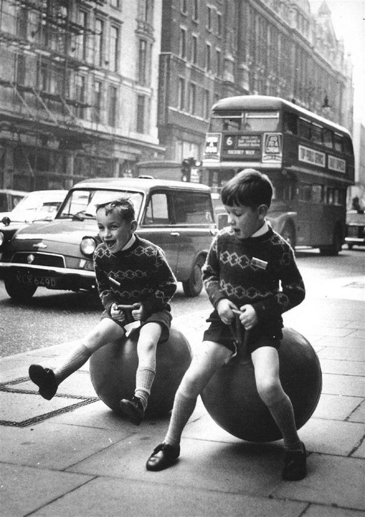 Skippybal: de rage van de jaren 60. Ik had er geen een. Ik vond het ook niet zo leuk om te doen:).