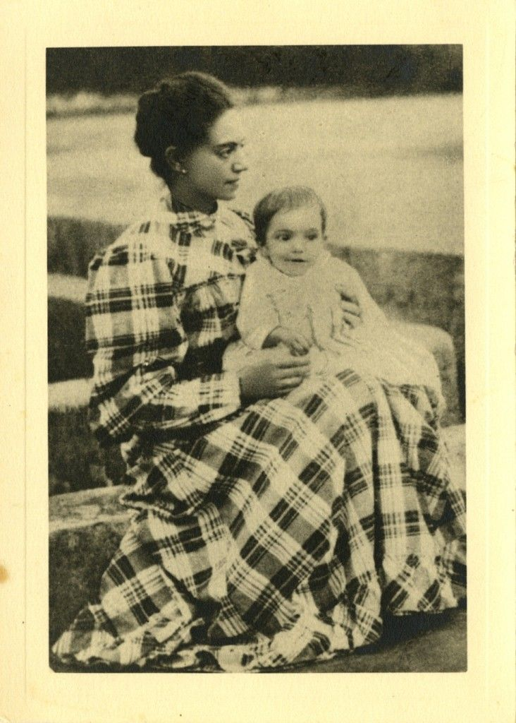 Almada Negreiros ao colo da mãe, Elvira Sobral de Almada Negreiros, 1894 Espólio Almada Negreiros