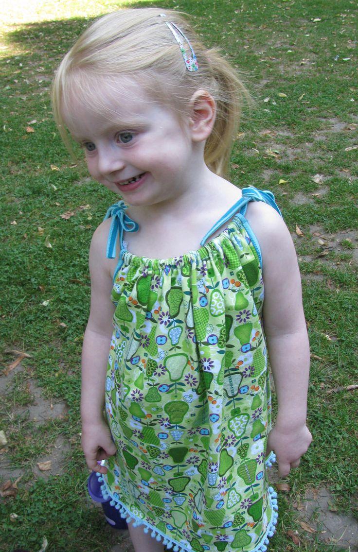 Ich habe ein ganz einfaches Sommerkleidchen für meine Tochter genäht. Wie es geht, zeige ich in einem kleinen Tutorial.
