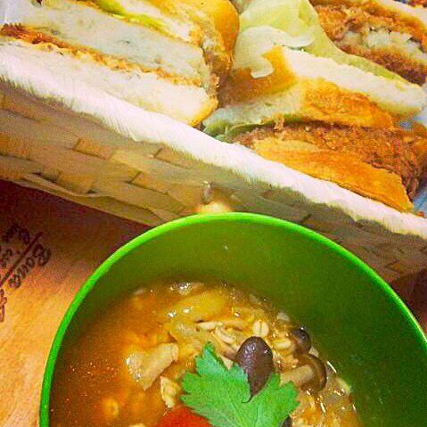 頂き物のおっきなコロッケはサンドウィッチに、とまと鍋の残りは押し麦とオリーブオイルでリゾット風に…(*'ェ`*)enjoy Lunch Time - 82件のもぐもぐ - コロッケサンド&麦とチキンのトマトリゾットLunch Box❤︎ by hazukiobatanya