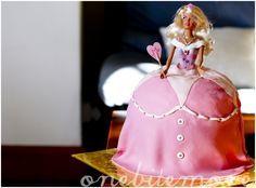 Gemaakt met een oude barbie en een grote ballet rok waar je de cadeautjes in verstopt.