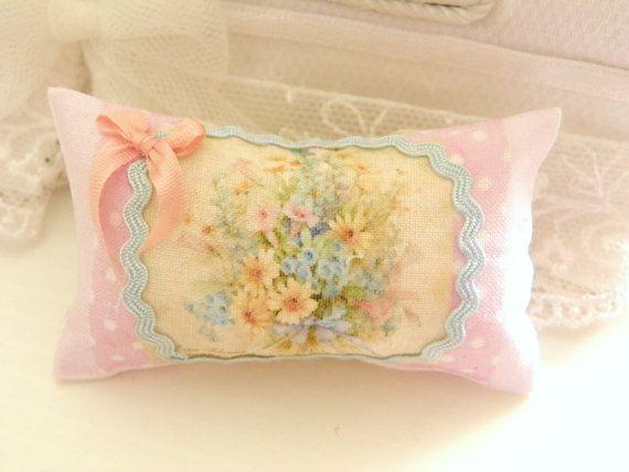 Almohada de miniatura hechas por mí, en algodón, con estampado floral y adornado con una cinta rosa pequeño tamaño: 5 cm x 3.5 ideal para decorar un sofá shabby chic estilo en escala 1/12.