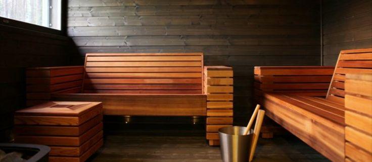 Huvila Jollan (Padasjoki, Suomi) saunassa perinteiset lauteet on korvattu penkeillä.