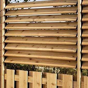 Такой деревянный забор с жалюзи хорош для мест отдыха, которые находятся прямо около забора.