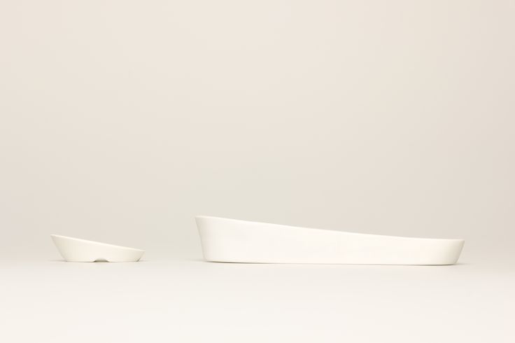 Porcelain Deskware (Cable weight , Pen tray)  2013 / porcelain  Press the cable, put on the phone and pen by Heul-gi
