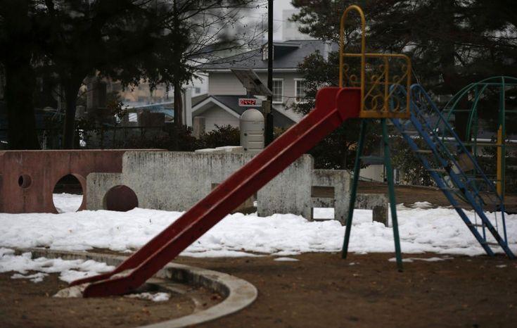 Fukushima, el enemigo invisible | Fotogalería | Actualidad | EL PAÍS. El ayuntamiento de Koriyama ha removido la tierra descontaminada en lugares públicos, a veces más de una vez y trabaja para reemplazar la totalidad de juegos infantiles en los parques públicos. En la imagen, un contador Geiger, que mide un nivel de radiación de 0.442 microsievert por hora, instalado en un parque de Koriyama (Japón).