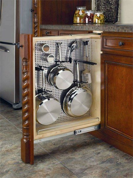 Aprovecha los pequeños cantos entre armarios de tu cocina para disponer de todo un armario para colocar tu menaje de sartenes y cazos.                                                                                                                                                     Más