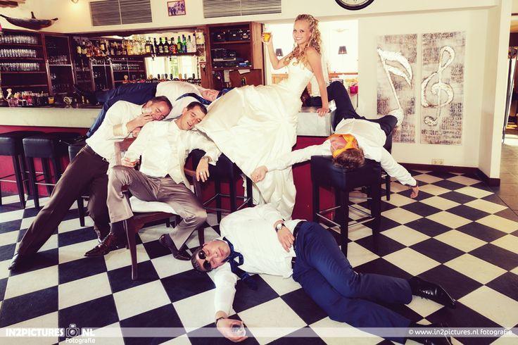Het Koetshuis Rotterdam Oud-IJsselmonde | Bruid | Vrienden bruidegom | Foto idee | Bruiloft | Trouwen