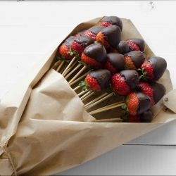 Guys need to start thinking outside of the box: Vegan Chocolate Dipped Strawberry Bouquet! <3 Great for Valentines Day and only 2 ingredients!