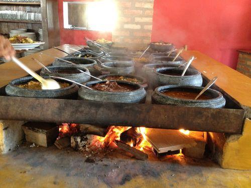 Singular bufé de campo en el restaurante Tutu na Gamela, en Trevo de Tiradentes (Brasil). Las ollas de barro colocadas al baño María contienen guisos de legumbres, estofados de carne, arroz blanco y tubérculos. Precio fijo con la penalización de la tasa de desperdicio
