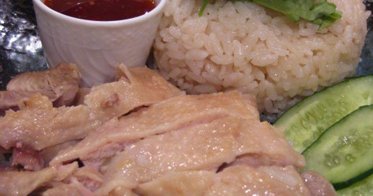 炊飯器におまかせの海南鶏飯!お肉はしっとりやわらか~。鶏の旨味をふくんだお米も美味しいですよ~!