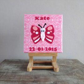 Lief schilderijtje voor de babykamer van een lief vlindertje. Dit babyschilderijtje is gemaakt van stof en vilt met toevoeging van geboortenaam en geboortedatum.