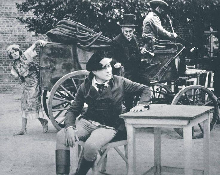 """Eine der ersten """"Zigeunerinnen"""" in der deutschen Filmgeschichte (?), Lyduschka (im Hintergrund) in dem 'Kunstfilm' DER STUDENT VON PRAG."""