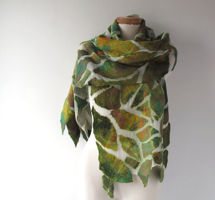 Nuno vilten sjaal groen wit vilt sjaal, bosrijke sjaal, vrouwen sjaal voorjaar sjaal zomer sjaal door galafilc op Etsy https://www.etsy.com/nl/listing/275025624/nuno-vilten-sjaal-groen-wit-vilt-sjaal